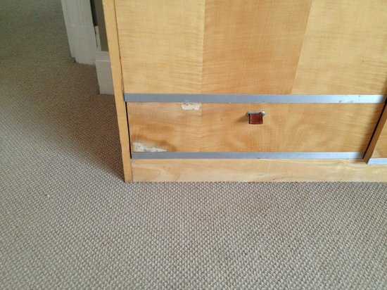 Amora Hotel Jamison Sydney : Chipped Cabinets