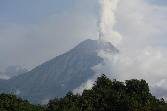Hacienda Manteles: Tungurahua erupting