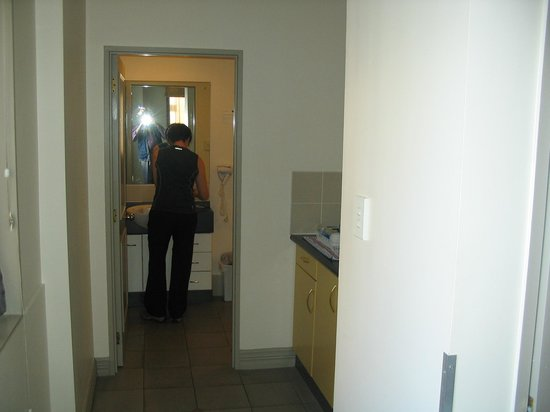 Best Western President Hotel Auckland: kitchenette & bathroom