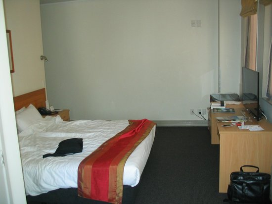 Best Western President Hotel Auckland: our messy bedroom