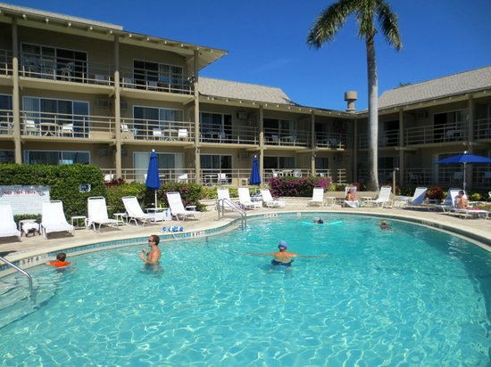 Cove Inn on Naples Bay: Wonderful perfect temperature pool