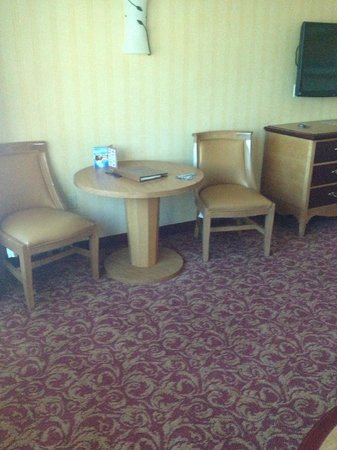 South Point Hotel: Table and chairs