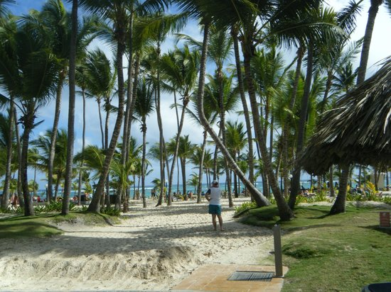 ClubHotel Riu Bambu : Walkway from the pool area to the beach