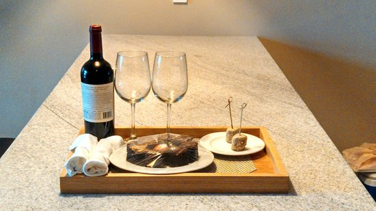 Inn By the Sea : wine and chocolate upon arrival