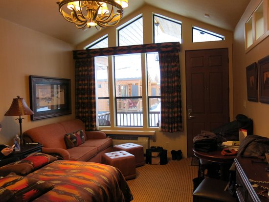 Rustic Inn Creekside Resort and Spa at Jackson Hole: Sitting area looking out to Porch