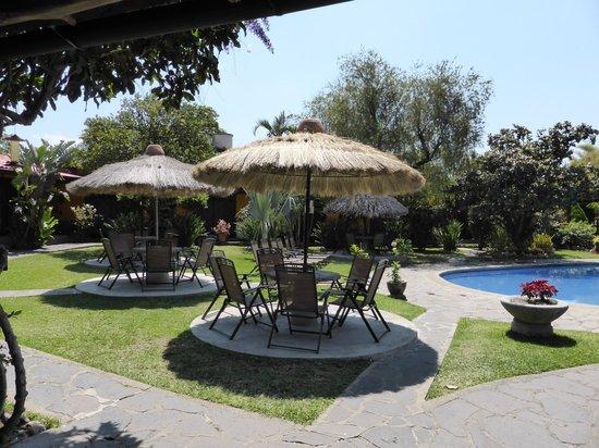 Hotel Cacique Inn: La piscine et les tables à côté pour se reposer en rentrant des visites.