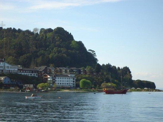 Hotel Cabana del Lago: Hotel visto da outra margem do largo