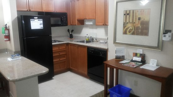 Staybridge Suites Toronto Mississauga: kitchen area