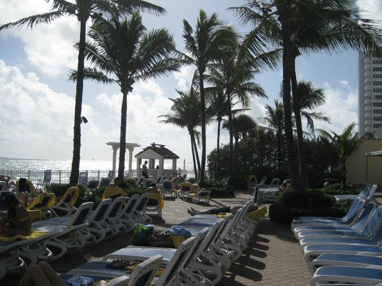Ocean Sky Hotel & Resort: pool area