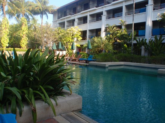 Banthai Beach Resort & Spa: Pool to right hand side of Lobby.