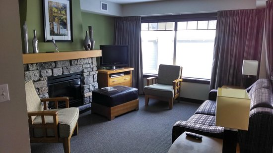 Copperstone Resort: Living Area (FYI fireplace doesn't get warm)