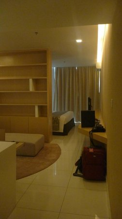 PARKROYAL Serviced Suites Kuala Lumpur: living space with view toward bedroom