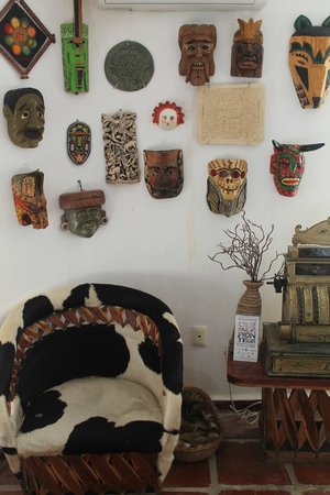 Koox Matan Ka'an Hotel: Máscaras decorativas en la recepción