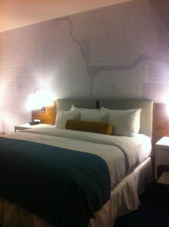 Kinzie Hotel: View of bed and Art on the wall