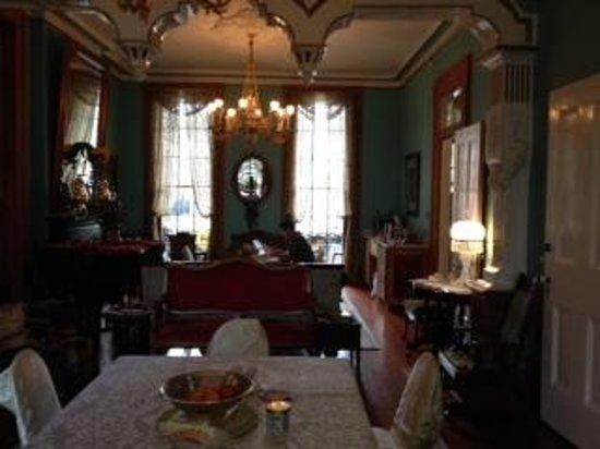 The Parisian Courtyard Inn: Greatroom