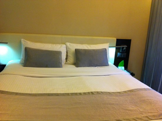 The Empire Hotel Wan Chai: Double bed