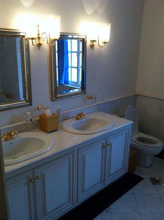 Carcosa Seri Negara : Beautiful bathroom
