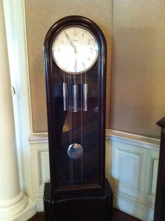 Carcosa Seri Negara: Grandfather clock