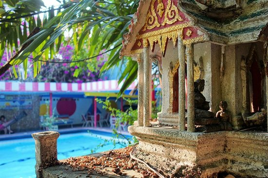Atlanta Hotel : Spirit house by the pool
