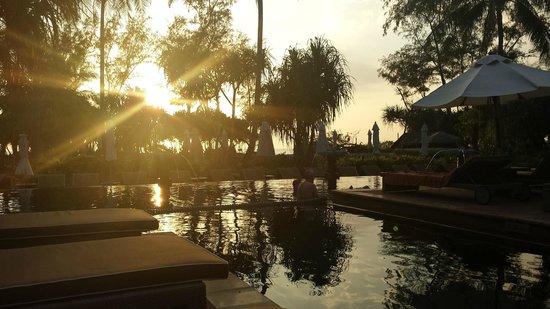 Marriott's Phuket Beach Club: by the pool