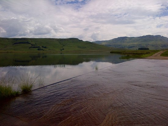 Sani Valley Lodge and Hotel : Views from around the dam