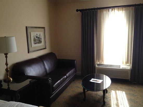 Ayres Hotel & Suites in Costa Mesa - Newport Beach: seating area in room