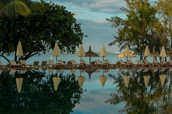 Outrigger Mauritius Beach Resort : Pool at sunrise