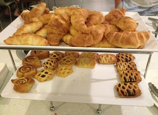 Causeway 353 Hotel: pastries come out warm, chocolate was my favorite!