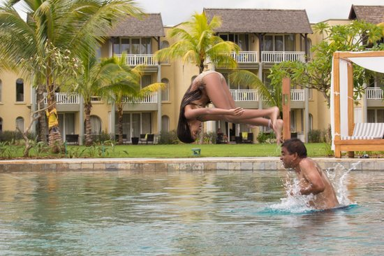 Outrigger Mauritius Beach Resort : Jumping in the pool