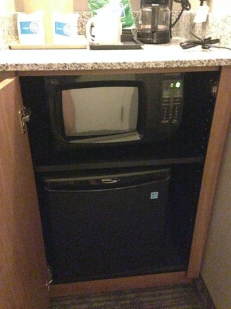 Courtyard by Marriott Cypress Anaheim/Orange County: Microwave and fridge below coffee maker