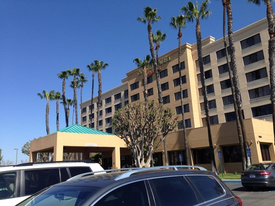 Courtyard Cypress Anaheim/Orange County: View from right side parking lot