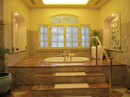 Hotel Majapahit Surabaya managed by AccorHotels : Master bath room of President Suite