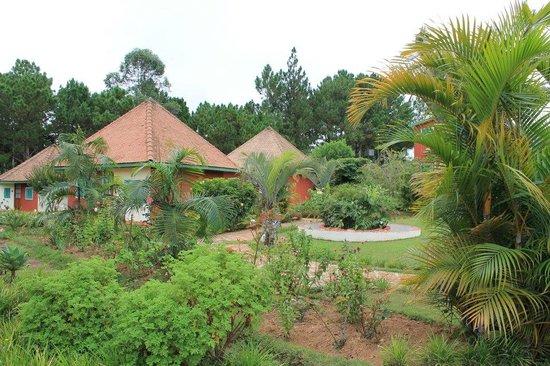 Mantasoa Lodge : Nos bungalows au milieu du jardin...