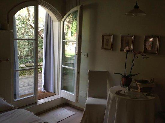 Casa & Natura Breviglieri: porta a vetro per accedere al mega giardino privato ed alla grotta