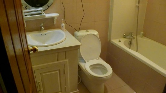 Chanthavinh Resort and Spa: Deluxe Duplex River Front (Upstairs) Bathroom