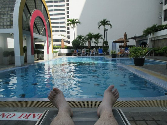 BelAire Bangkok Sukhumvit: Relaxing by the lovely pool.