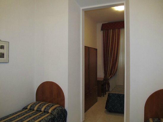Hotel Arenula: front part of the room - with single beds