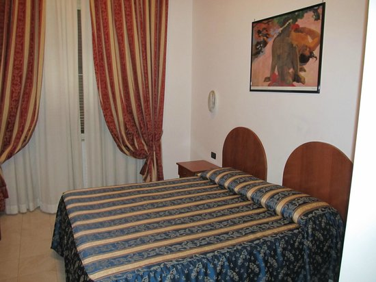 Hotel Arenula: back part of the room with double bed
