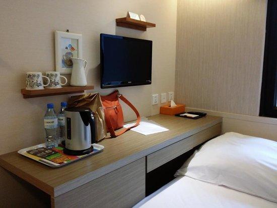 Orange Hotel - Ximen Taipei: The TV and desk section