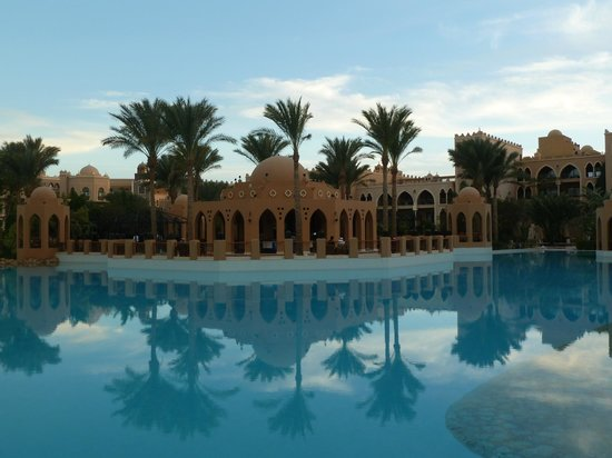 The Makadi Palace Hotel: Бассейн вокруг ресторана.