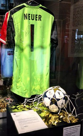 Allianz Arena: The shirt worn in the final against BVB 09 at wembley still has the dirt!!