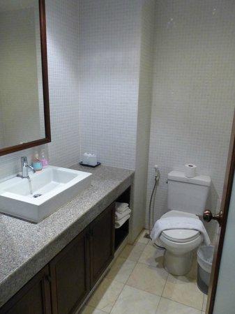 Sakorn Residence & Hotel: la salle de bain(salle de  douche non visible)