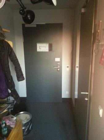 Superbude Hotel Hostel St.Pauli : Schmaler Flur und der einzige Schrank, 80 CM hoch