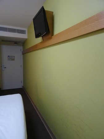 Ibis Budget Hotel Sydney Airport: The narrow space between the bed and wall, showing the scuff marks