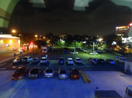 Ibis Budget Hotel Sydney Airport: Our view over the carpark towards the airport