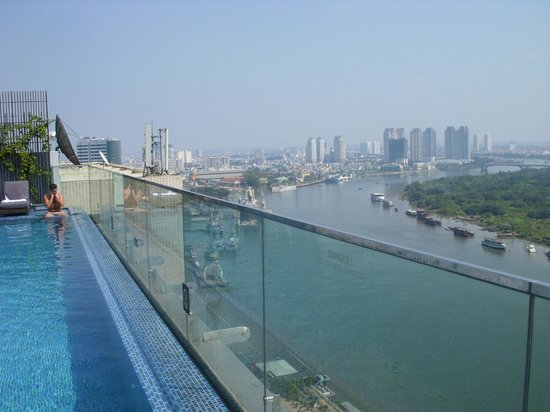 Liberty Central Saigon Riverside Hotel: Mekong-river view from rootop swimming-pool