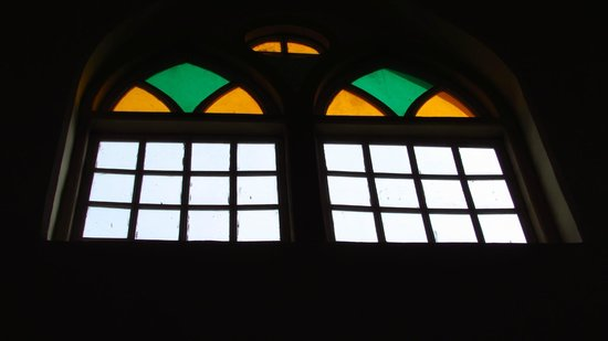 Dune Barr House - Verandah in the Forest : Stained Glass windows above the lounging area