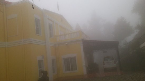 WelcomHeritage Kasmanda Palace: A foggy morning, the main building