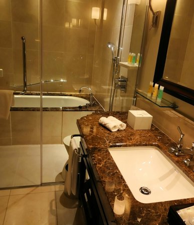 The Tokyo Station Hotel: bathroom