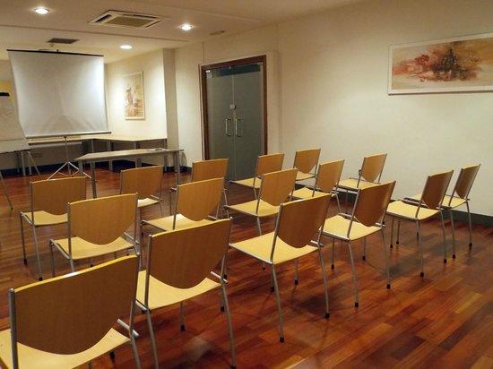 Sala de reuniones picture of hostal torrejon torrejon for Sala de reuniones